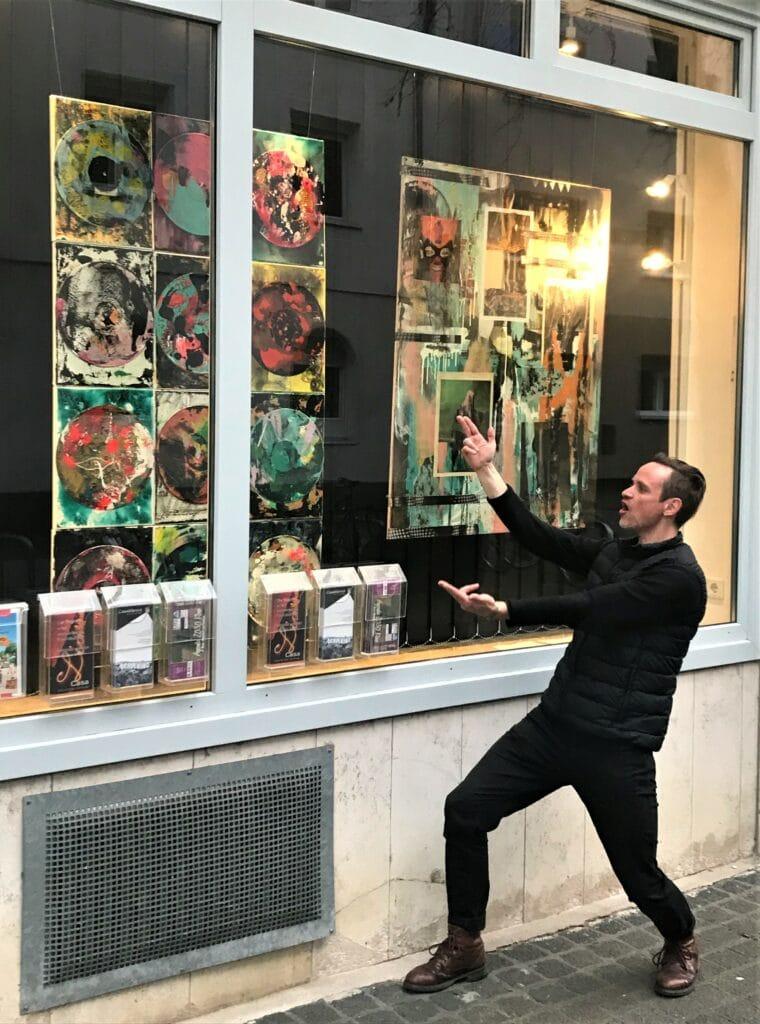 Cris Koch vor seiner Ausstellung