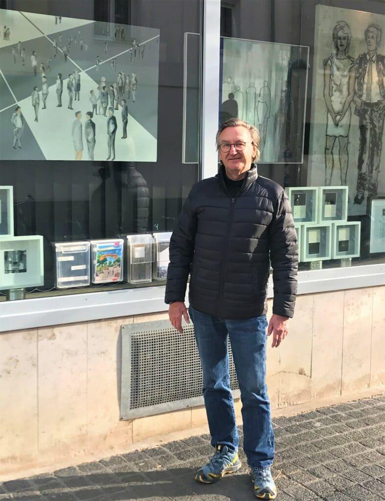Der Künstler vor seiner Ausstellung
